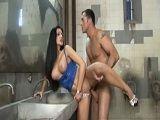 Zorra tetona follada en los lavabos de un bar de copas - Morenas