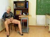 La profesora de matemáticas se masturba al acabar la clase - Masturbaciones
