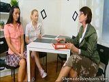 La profesora se lo monta con sus dos alumnas favoritas - Trios Porno