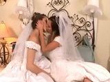 La noche de bodas de dos lesbianas muy cachondas - Lesbianas