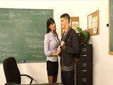 Está preocupado por los estudios y la profesora le ayuda - Actrices Porno