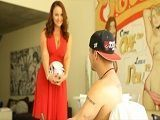 El hijo juega a la pelota y la madre quiere jugar con sus pelotas