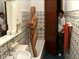 Espía a su madrastra mientras ella se está dando una ducha - Rubias