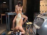 Lesbianas muy viciosas follando en el garaje
