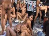 Tremenda orgía con un montón de zorras brasileñas - Orgias Porno