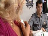 El policía alucina con las tetas enormes de la detenida - Rubias