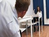 La de la mesa de enfrente me está poniendo cachondo - Morenas