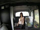 Con ese enorme par de tetas quiere seducir al taxista - Tetas Grandes