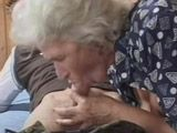 La abuela del piso de arriba me la come y me pide sexo - Abuelas