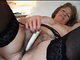 Abuela amateur se masturba con un dildo su coño peludo - Amateur