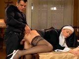 La monja y el obispo echando un polvazo en el convento - Zorras