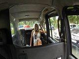 Rubia tetona se deja follar el culo por un taxista desconocido - Tetas Grandes