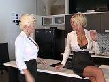 Mujeres adineradas bien cachondas follando en la cocina - Lesbianas