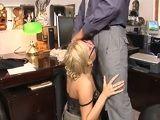 Después de un día duro de trabajo tengo sexo en la oficina - Rubias