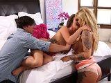 Pareja tiene sexo duro con la nueva niñera en el dormitorio - Trios Porno