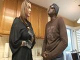 Casada insatisfecha invita a casa a un macarra pandillero - Folladas