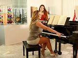 La guarra profesora de piano calienta a la joven alumna  - Actrices Porno