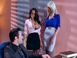 Visita sorpresa a su marido con una amiga, vaya trío se montan - Trios Porno
