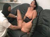 A la madura le cabe la mano de su novio entera en el coño - Amateur