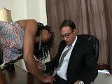 La negra Misty Stone se lo monta bien con el abogado - Interracial