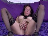Madura de tetas operadas masturbándose en la cama - Masturbaciones