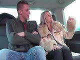 Sexo duro con una madura divorciada en la furgoneta - Folladas