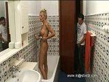 Espia a su madre en la ducha, le pilla y encima se la folla - Amas De Casa