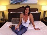 Mamá se mete en mi cama y me deja que me corra dentro - Porno Duro