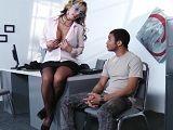 La secretaria tiene sexo con el becario, un joven adolescente