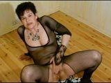 Abuela viciosa masturbándose con dos grandes dildos - Masturbaciones