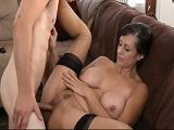 La madre de su colega le seduce para que se la folle - Madres Putas