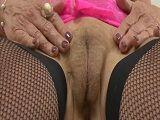 Madura se mastruba su jugoso y carnoso coño peludo - Masturbaciones